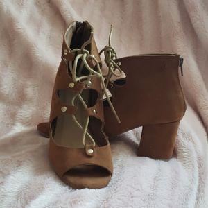 Womens size 7 block heel open toe shoe